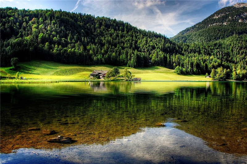 Peisaj montan cu lac si padure din Tirol, Austria
