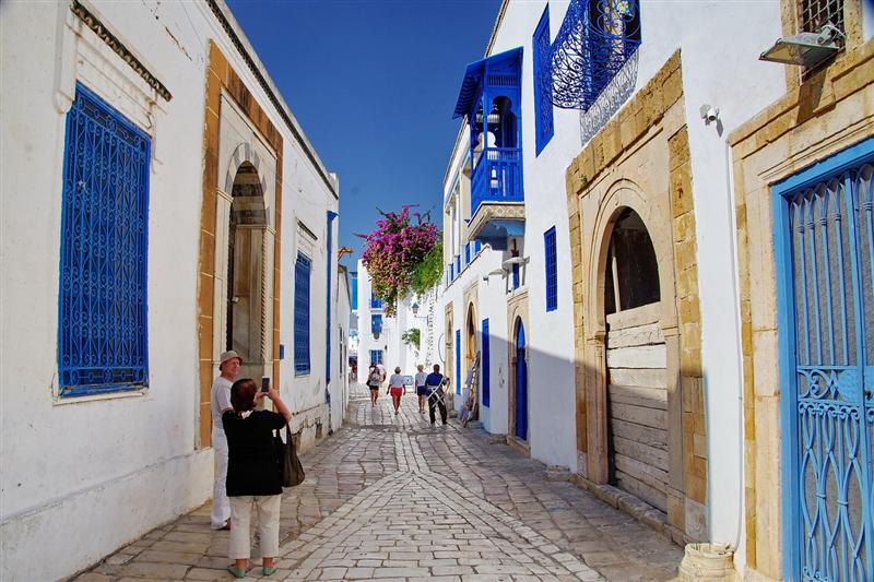 Turisti fotograffind casele alb-albastre din Sidi Bou Said, Tunisia